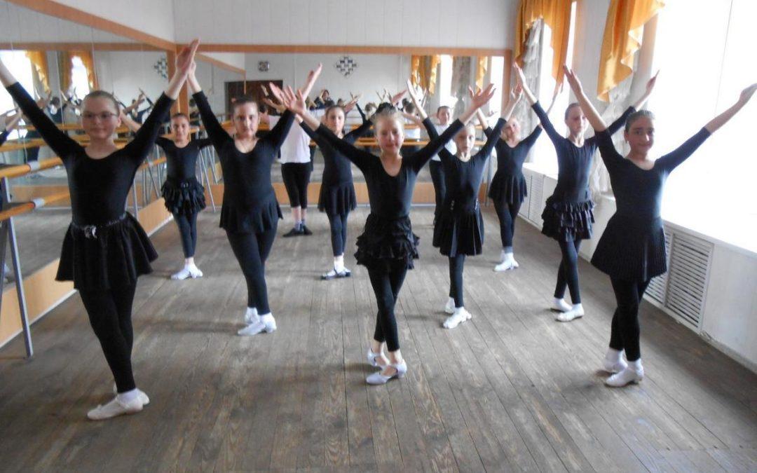 Урок народно-сценического танца в начале обучения.